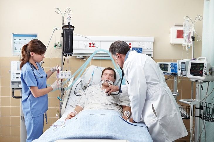 Khi ở bệnh viện, bệnh nhân sẽ được các y tá chăm sóc vết mổ