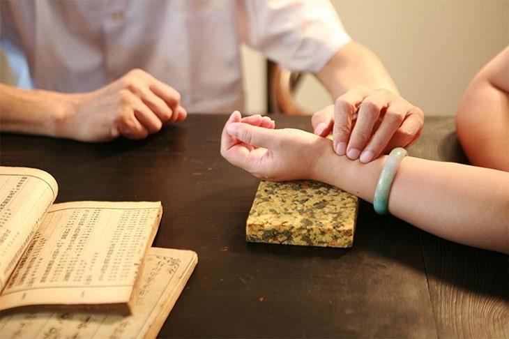 Phương pháp Đông y được nhiều người lựa chọn điều trị viêm khớp cùng chậu