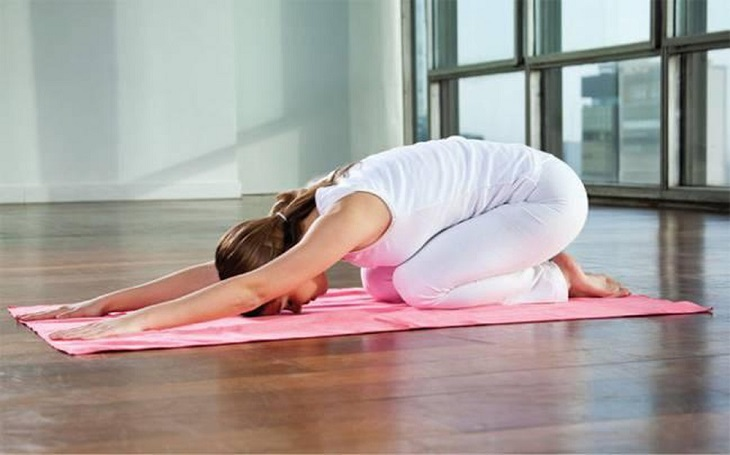 Tư thế em bé khởi động rất tốt trước khi thực hiện các bài tập yoga