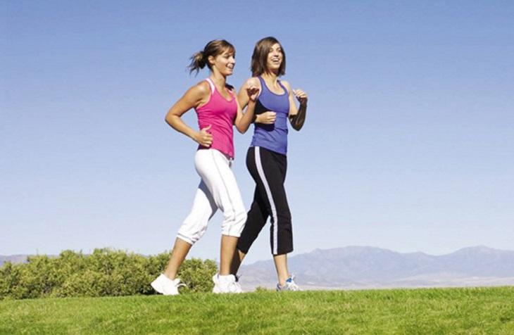 Đi bộ nhẹ nhàng giúp giảm đau khớp háng hiệu quả