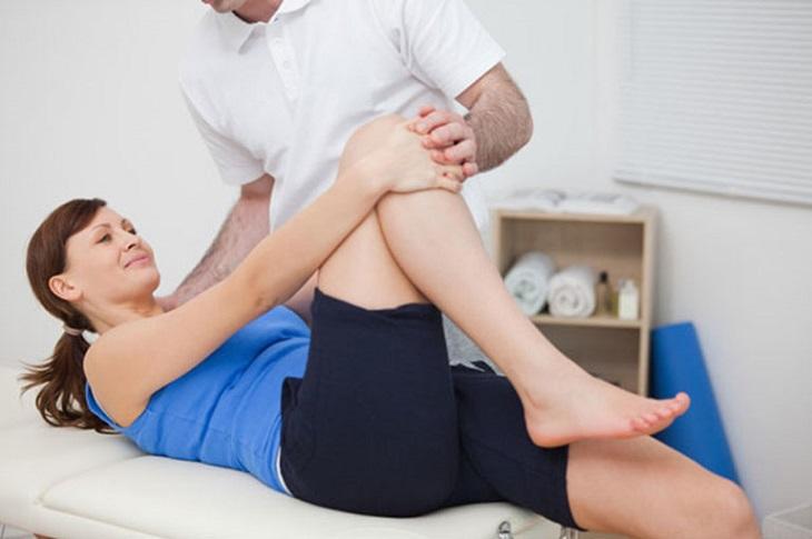 Người bệnh cũng nên tham khảo phương pháp điều trị bằng vật lý trị liệu