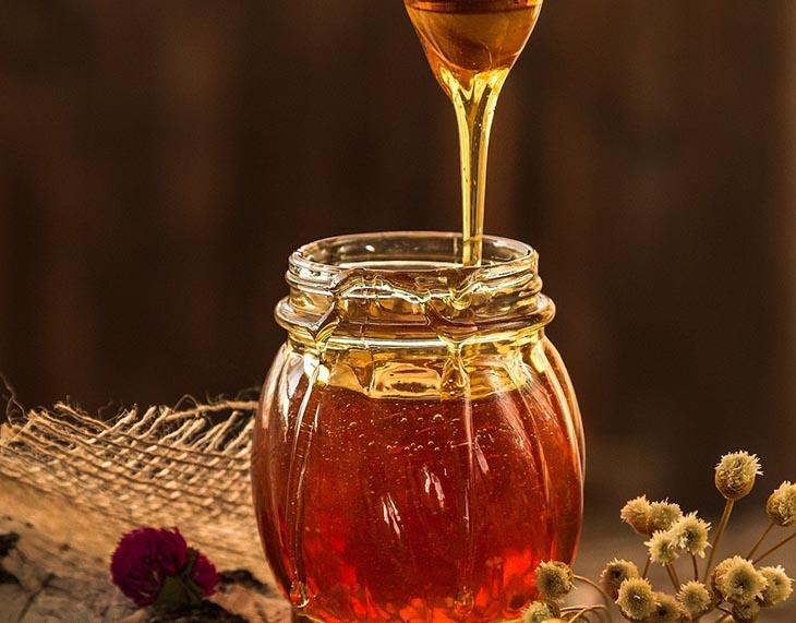 Ngâm mật ong để tránh dược liệu bị mốc