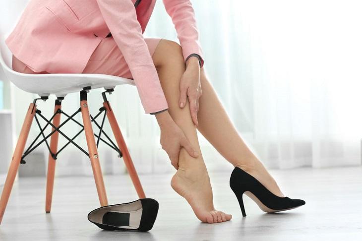 Phái nữ đi giày cao gót thường xuyên sẽ gặp các vấn đề về xương khớp