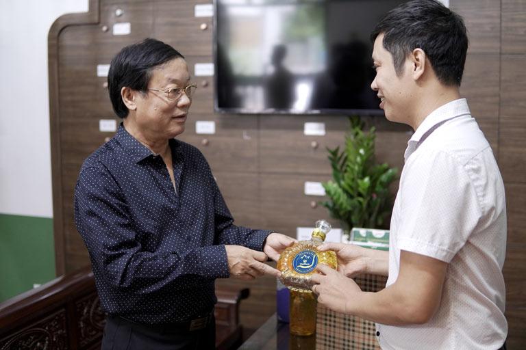 Nghệ sĩ Phú Thăng tin tưởng vào chất lượng của đông trùng hạ thảo Vietfarm