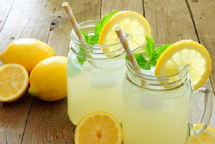 Nước chanh pha ấm rồi cho thêm mật ong để uống trị nấc ợ