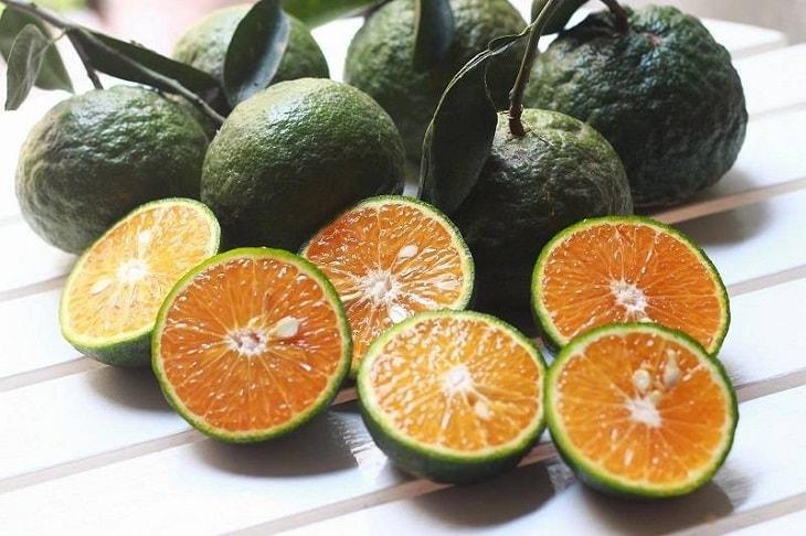 Cam tươi cũng có thể kết hợp với rau ngò om