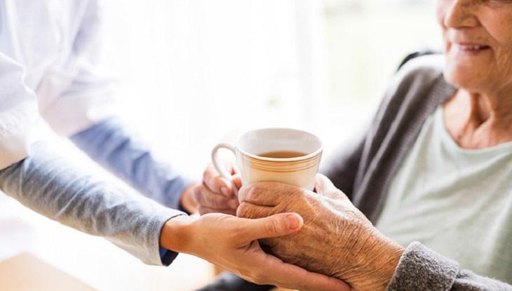 Người cao tuổi là đối tượng ưu tiên sử dụng thuốc Đông y trị đau nhức xương khớp
