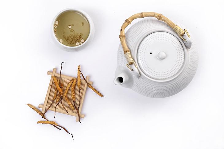 Pha trà bằng đồ sức sẽ tốt hơn