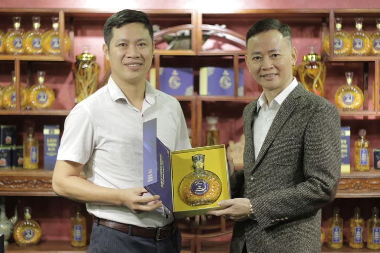Diễn viên Tùng Dương bật mí bí kíp nâng tầm sung mãn phong độ tuổi ngũ tuần từ rượu đông trùng hạ thảo Vietfarm