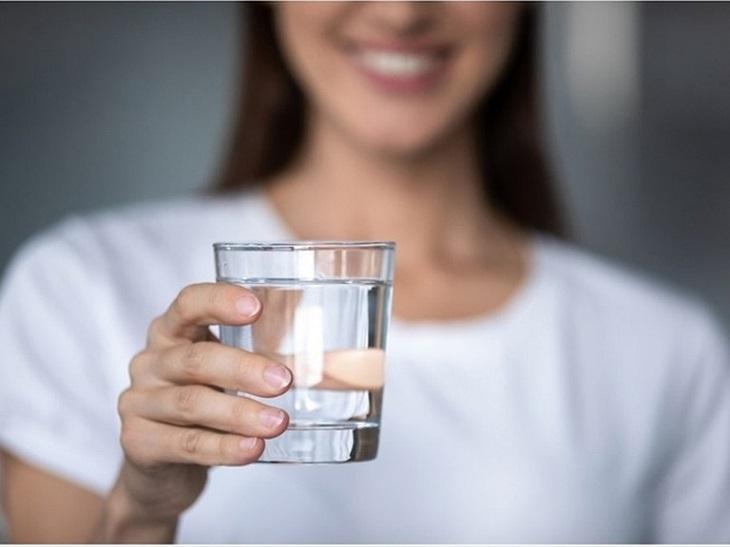 Bổ sung vào cơ thể ít nhất 2 lít nước mỗi ngày