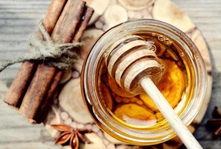 Bài thuốc chữa viêm khớp cùng chậu bằng mật ong và quế