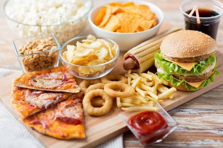 Đồ ăn nhanh là nhóm thực phẩm chứa nhiều chất béo xấu gây hại cho người bệnh