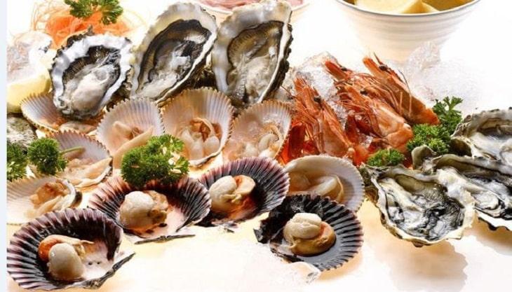 Các loại hải sản có vỏ là một trong những nhóm thực phẩm người bị viêm khớp phản ứng cần kiêng