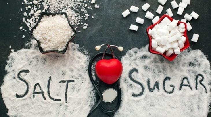 Người bị viêm khớp phản ứng nên hạn chế tối đa ăn muối, đường