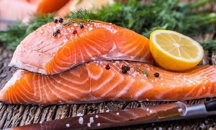 Người bị viêm khớp phản ứng nên tích cực bổ sung các loại cá giàu omega 3