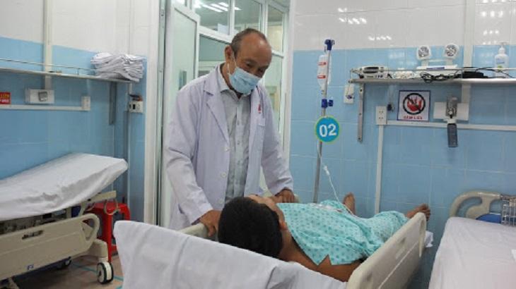 Người bệnh tán sỏi thận tại bệnh viện Bình Dân được bác sĩ thăm khám sau phẫu thuật