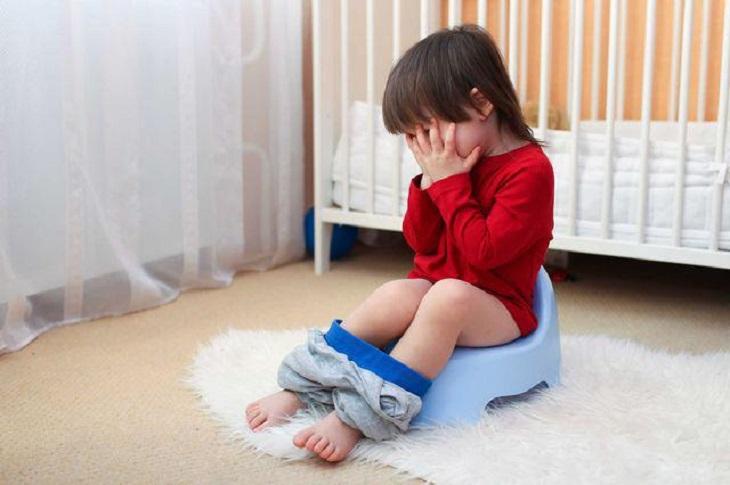 Trẻ đi tiểu ra máu, uể oải, mệt mỏi, sốt cao cần đưa trẻ đến bệnh viện