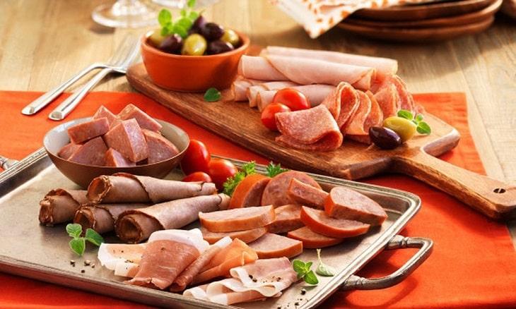 Đồ ăn nhanh, cay nóng thường chứa nhiều dầu mỡ và chất béo, tác nhân khiến tình trạng tiểu ra máu càng trở nên nghiêm trọng hơn