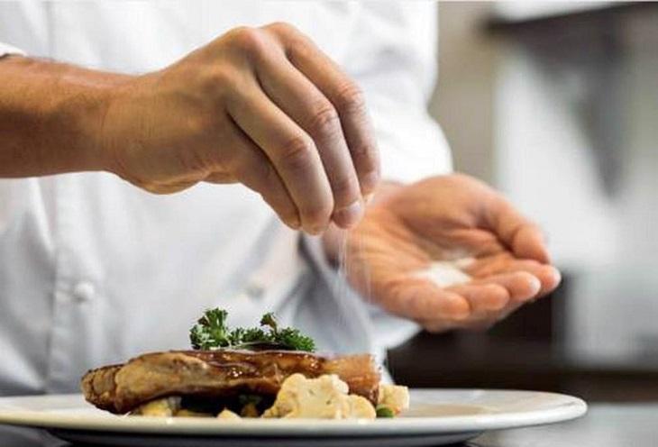 Người bị chứng tiểu ra máu cần sử dụng muối ở mức thấp nhất bởi ăn mặn sẽ khiến lượng natri trong nước tiểu tăng lên