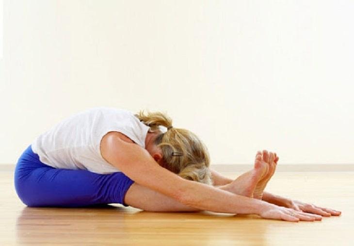 Động tác gập lưng phù hợp đối tượng người bị hạn chế vận động phần lưng