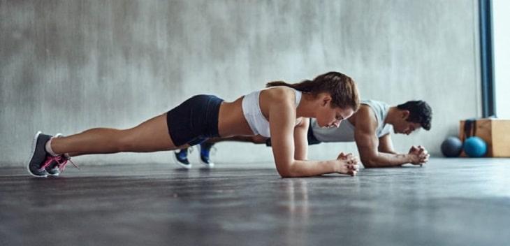 Tư thế plank được xem là động tác kinh điển trong tập luyện