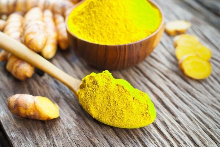 Tinh bột nghệ chữa đau dạ dày có màu vàng sáng, hạt rất mịn.