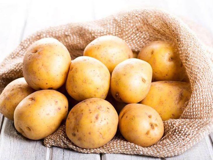 Dùng khoai tây thái lát để trị bệnh chàm