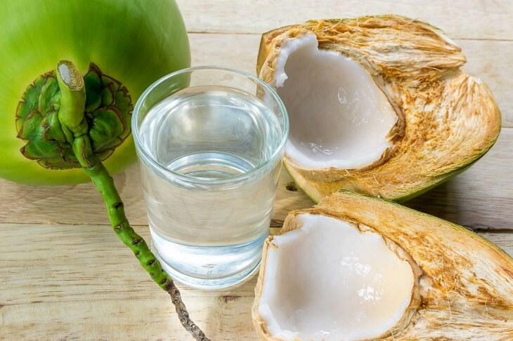Nước dừa tươi vừa thanh mát vừa giúp giảm triệu chứng đau dạ dày