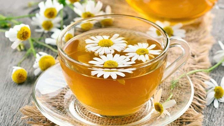 Trị đau dạ dày cho bà bầu bằng trà hoa cúc cũng là mẹo dân gian được nhiều người áp dụng