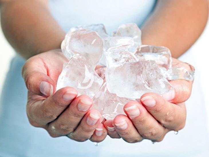 Chườm lạnh là cách trị nổi mề đay tại nhà giúp làm dịu cảm giác ngứa ngáy