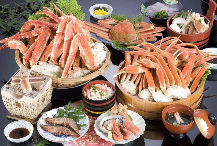 Người bệnh cần kiêng ăn những thực phẩm dễ gây kích ứng như hải sản, đồ nhiều dầu mỡ,...