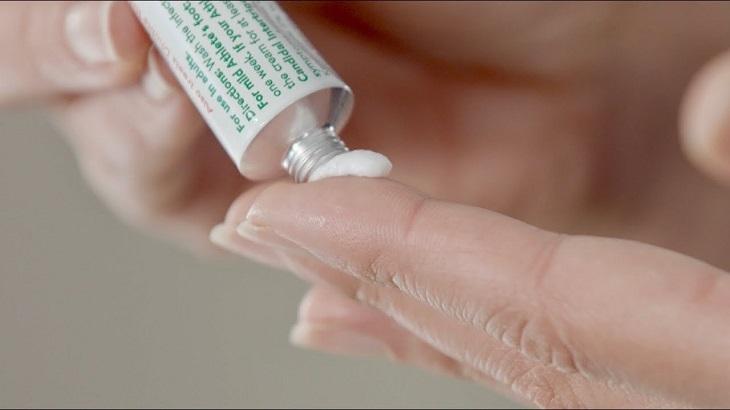 Khi dùng thuốc bôi chữa bệnh bạn cần thực hiện theo chỉ dẫn của bác sĩ