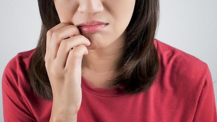 Ban đầu sẽ xuất hiện tình trạng ngứa ngáy và khô cứng ở da môi khiến người bệnh khó chịu