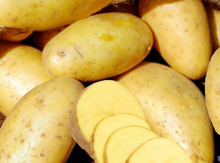 Đắp khoai tây là mẹo trị chàm sữa cho trẻ rất hiệu quả và lành tính