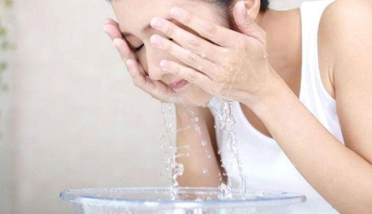 Luôn làm sạch và lau khô vùng da bị chàm trước khi đắp chuối