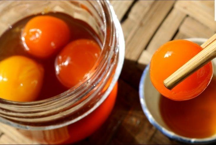 Trứng gà ngâm mật ong cũng là bài thuốc chữa đau dạ dày được nhiều người áp dụng