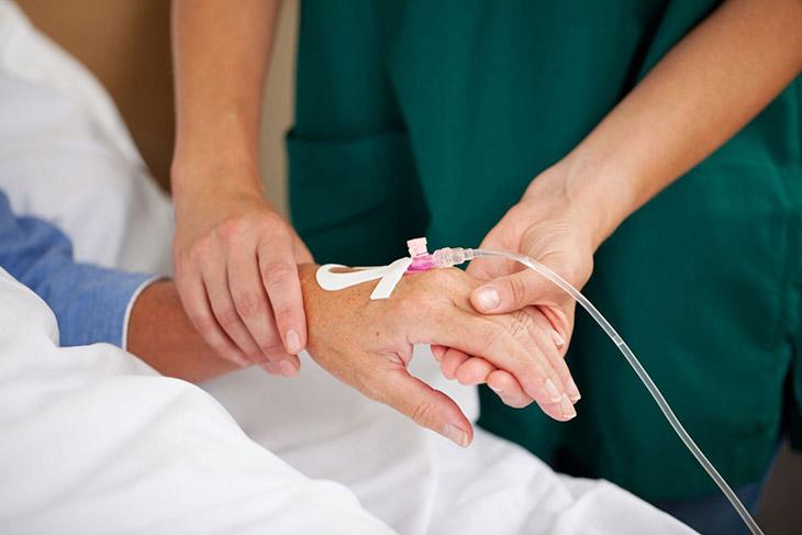 Bác sĩ tiến hành truyền dịch cấp cứu ban đầu