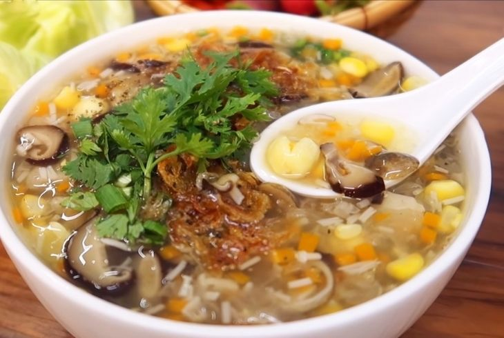 Có thể biến tấu súp ngô bằng cách cho thêm nấm đông cô hoặc hạt sen