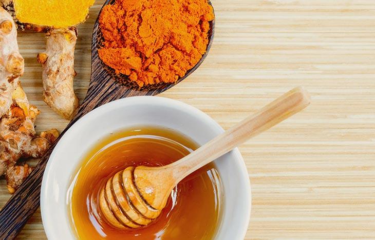 Mật ong kết hợp cùng bột nghệ càng tăng thêm hiệu quả