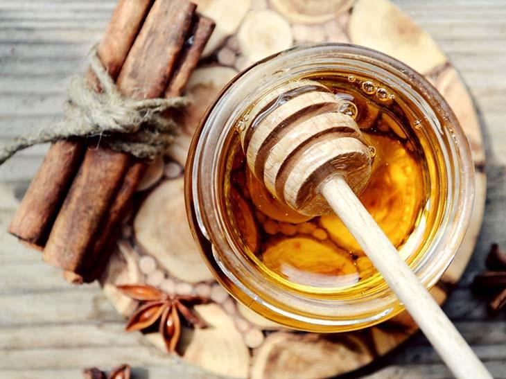 Đau dạ dày nên uống mật ong pha với quế
