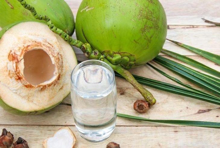 Uống nước dừa tự nhiên là cách đơn giản và có hiệu quả cao