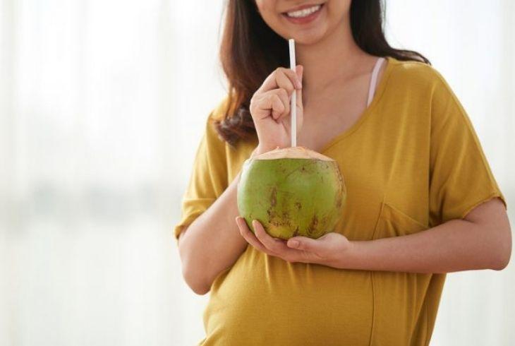 Mẹ bầu những tháng đầu tiên nên lưu ý khi uống nước dừa