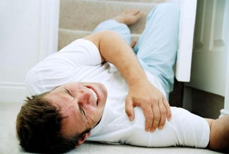 Mức độ đau là biểu hiện triệu chứng rõ nhất của đau khớp bả vai