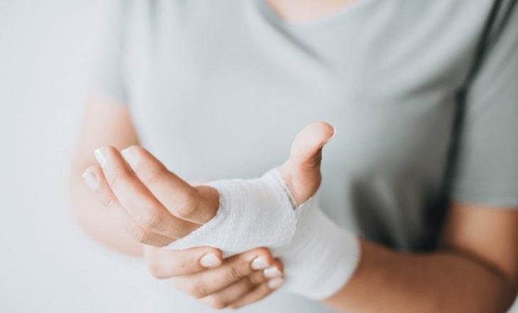 Bị đau khớp cổ tay sau sinh là tình trạng các mẹ thường gặp