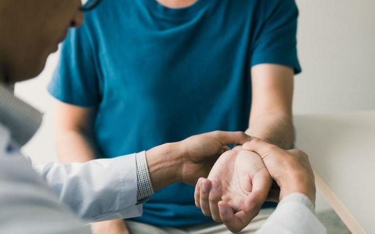 Bác sĩ thực hiện các chẩn đoán liên quan đến bệnh qua triệu chứng và xét nghiệm