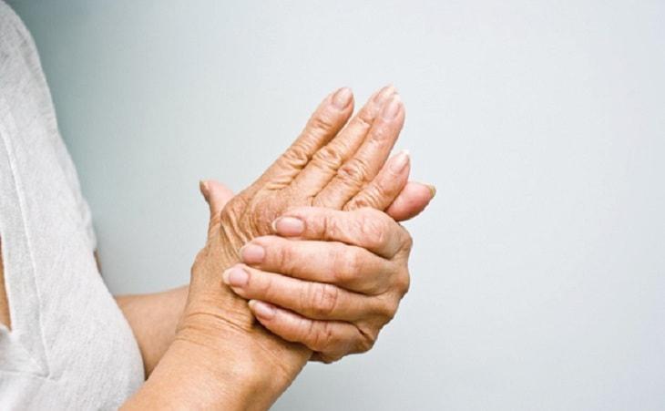 Tê bì chi tay là biểu hiện rõ của bệnh viêm khớp vai phải