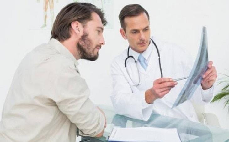 Bác sĩ lấy thông tin và trao đổi với bệnh nhân về triệu chứng