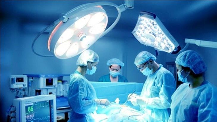 Thực hiện phẫu thuật được chỉ định khi bệnh nhân có biến chứng
