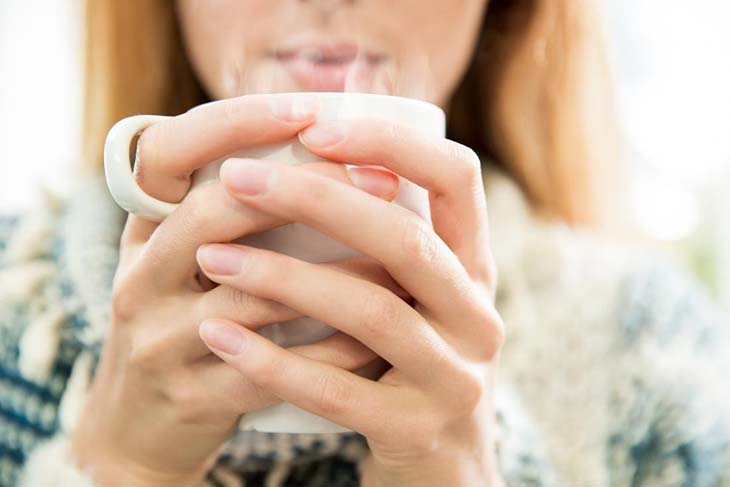 Một cốc nước ấm sẽ làm dịu cổ họng sau khi nôn