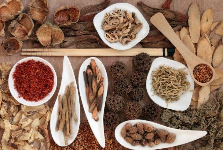 Nghệ đen được sử dụng rộng rãi trong Đông y trị các bệnh về tiêu hoá, trong đó có dạ dày